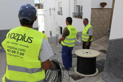 Cuadrilla de operarios trabajan en las calles toloxeñas